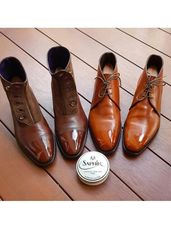 Glaçage des chaussures en cuir lisse